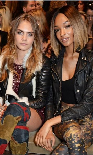 Cara Delevingne 和 Jourdan Dunn Burberry
