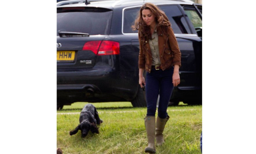 Celebrities dog walking style, Amanda Seyfried, Giesele Bundchen, Miranda Kerr, Agyness deyn, Anne Hathaway, Anne Hathaway, Kate Middleton, Gwen Stefani, Emma Stone, Blake Lively
