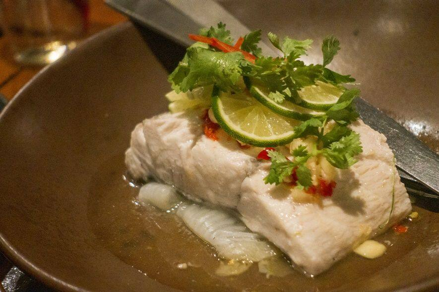 Pla Nueng Manao : Steamed sea bass fillet with lime-chili sauce (清蒸海鱸魚)清蒸更能品嚐到魚的鮮美!