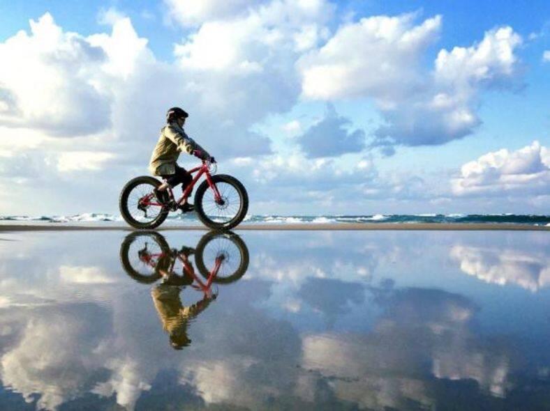 於鳥取砂丘海岸,駕著「胖胎車」欣賞海天一色的美景